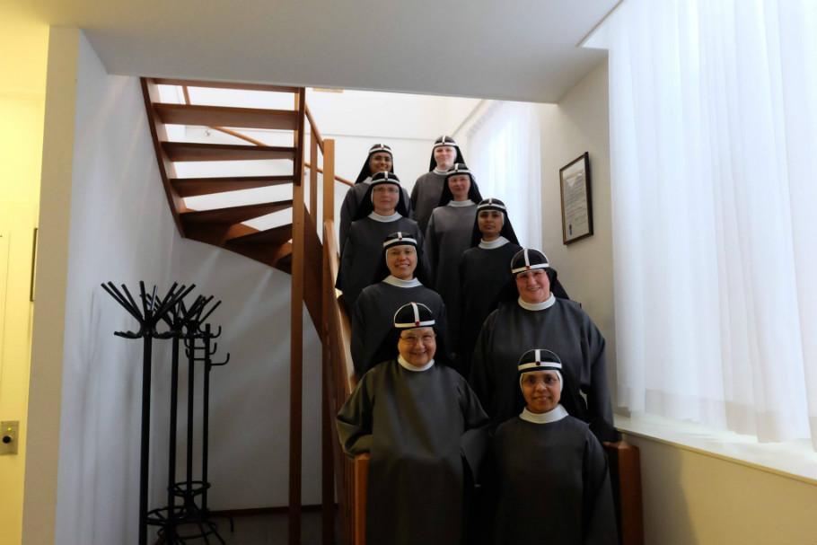 Zusters Birgittinessen op trap gastenhuis