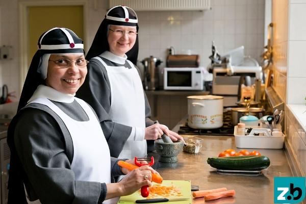 Zusters Birgittinessen in de keuken