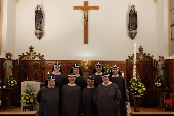 Zusters bij de Paaskaars van 2017
