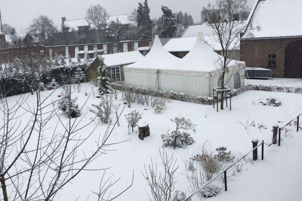 Kloostertuin in de sneeuw (schuur)