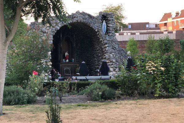 Ochtendgebed bij de Lourdesgrot in onze kloostertuin