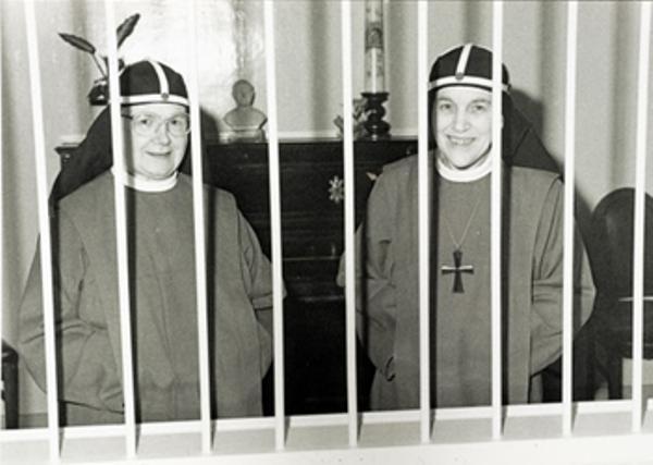 Moeder Abdis Schreurs+ (rechts) en priorin zuster Van Moorsel in 1991