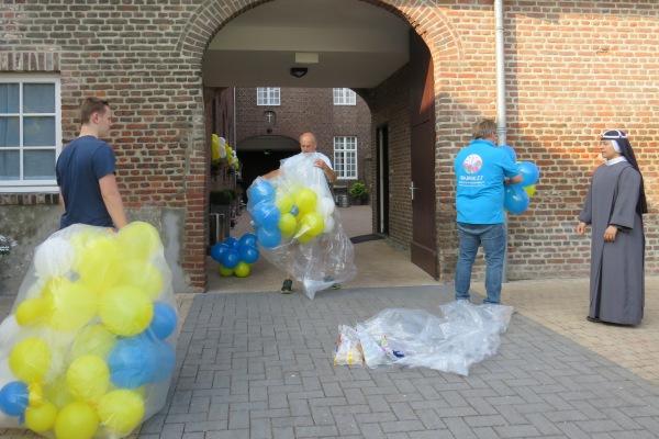 Onze vrienden aan het werk met de balonnen