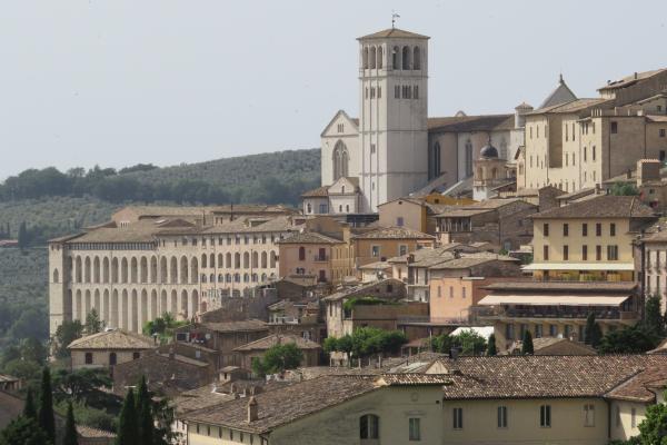 Birgittinessen Assisi: basiliek van de H. Franciscus, gezien vanaf het dakterras