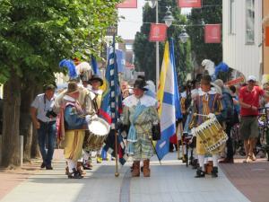 De schutterij ging ons voor in processie naar de Sint Martinuskerk.